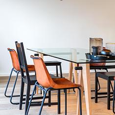 afbeelding van totaal project: vintage look achtige stoelen achter een glazen tafel met houten poten
