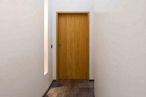 Robuuste hardhouten blok deur met een betegelde stenen vloer