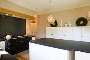 Landelijke keuken van Heylen met groot tafelblad en authentieke zwart fornuis