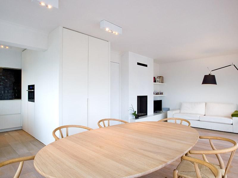 licht eiken keukentafel met uitzicht op de woonkamer