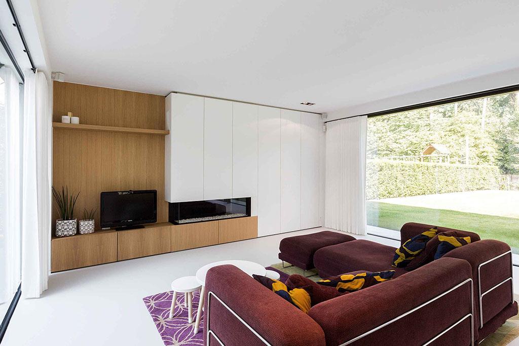 inbouwkast woonkamer met vouw gordijnen en design meubelen