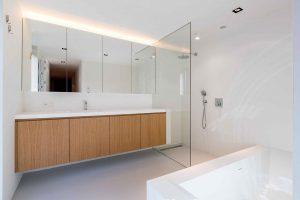 badkamer met bad en grote douchecabine