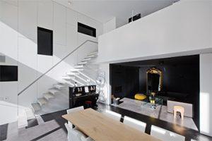 Interieur totaalproject degreef is een tijdloos interieur met een op maat gemaakte open trap, een glazen pui en klassieke accenten in de riante woning.