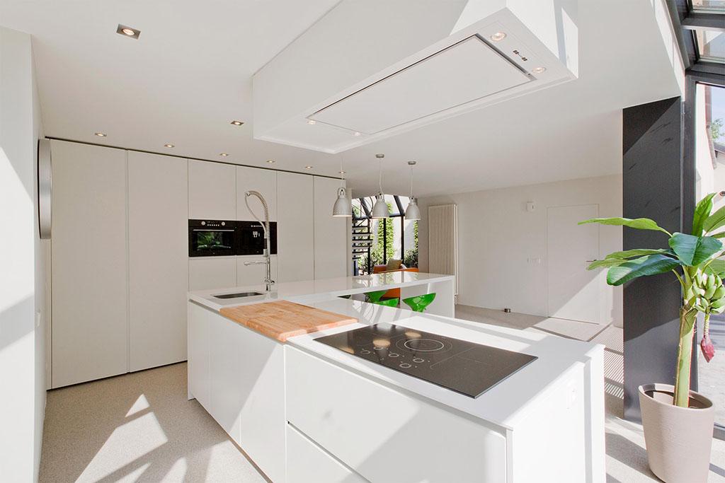 frisse lichte kleuren en een moderne keuken