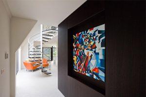 Een mix van grote contrasten, heldere kleuren en veel licht zorgen voor een creatieve woonstijl. interieur totaalproject eeckelaars