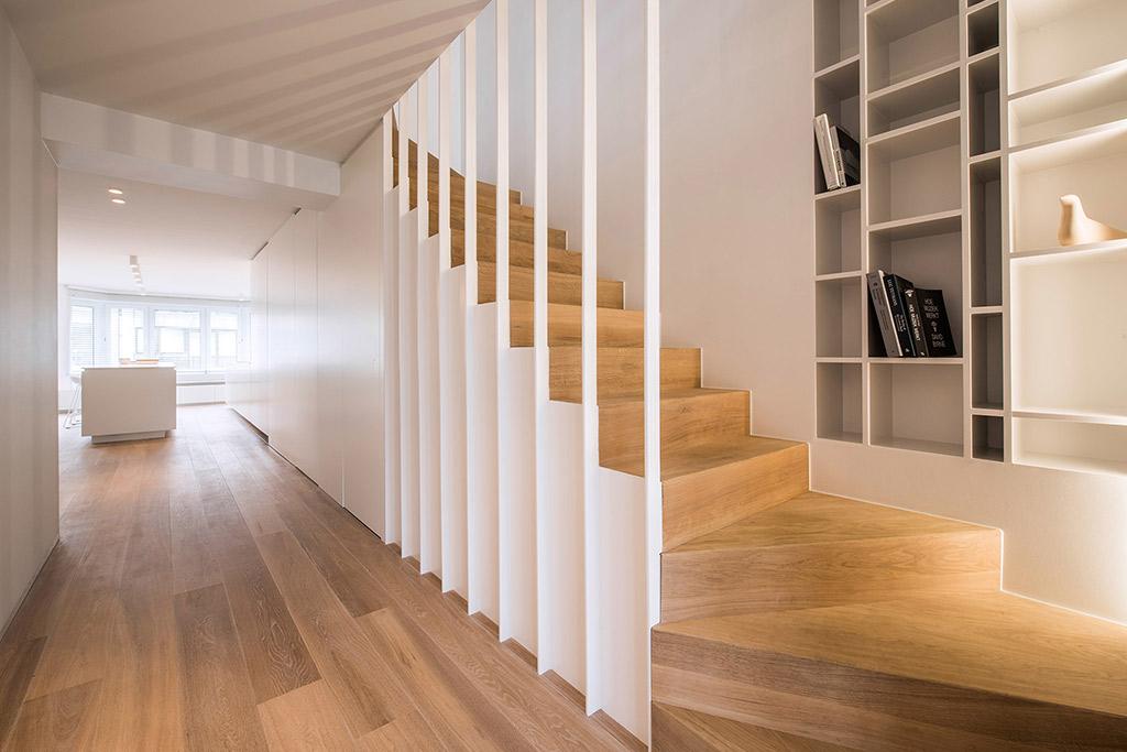 op maat gemaakte trap met een ingebouwde open wandkast