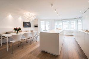 entree van een witte tijdloze keuken
