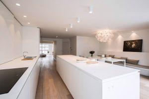 tijdloze modern keukenontwerp met inbouwspots aan het plafond