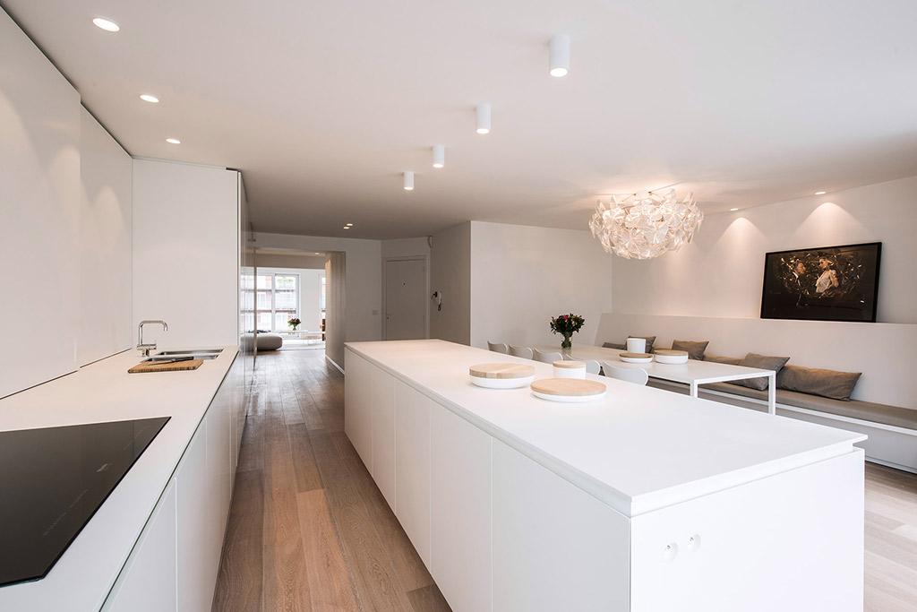 Keramische kookplaat en een zijaanzicht van het keukeneiland