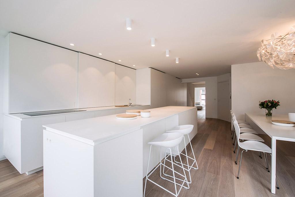 strak en wit keukeneiland van Rocco Granata