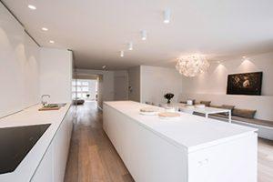 Interieur totaalproject Granata, een tijdloos wit keukenblok die harmonieus aansluiten in de keuken. Italiaanse elegantie van Rocco Granata