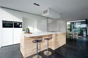 moderne afzuigkap boven een robuust keukeneiland
