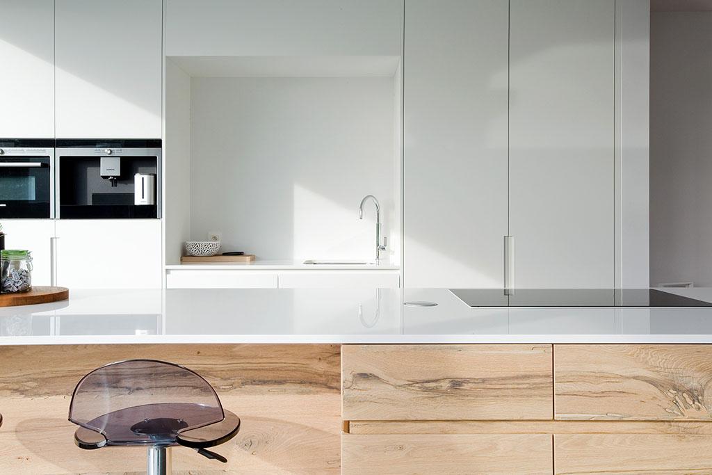 vooraanzicht van een keukenblok gemaakt uit venetiaans fineer