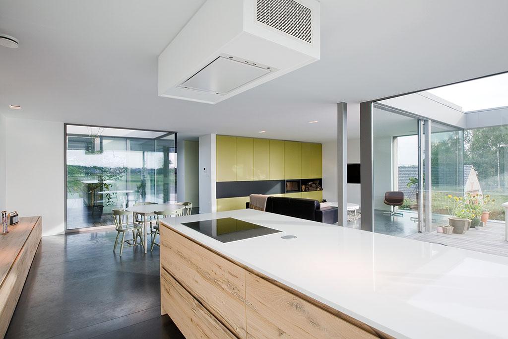 venetiaans fineer hout gebruikt voor de lades van dit keukenblok met uitzicht op de woonkamer