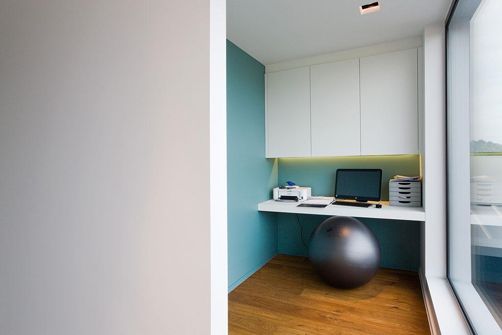 bureau met een turkoois blauw geverfde muur