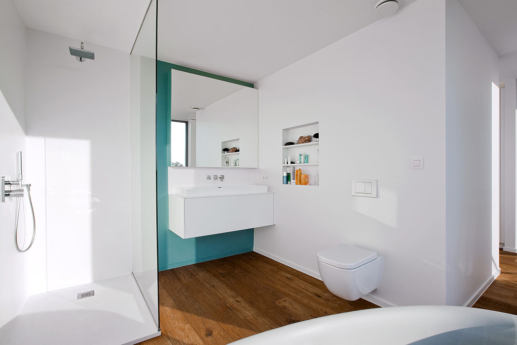 interieur met ingebouwde douchecabine en parket eiken vloer