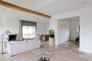 Interieur totaalproject Mermans. Strak en functioneel met landelijke en moderne elementen om de authenticiteit van het plafond te behouden.