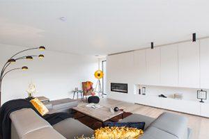 interieur totaalproject theo boons met prachtige verlichting en kleuraccenten. Een afbeelding van de woonkamer.