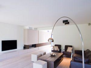 donker hout gekleurde salontafel met bruin ledere weten en moderne metalen hanglamp