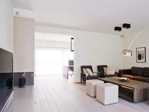 lichteiken parketvloer en donkerbruin gekleurde salon