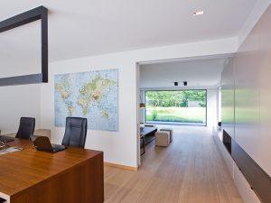 bureaumeubel met zwarte bureaustoelen en landkaart