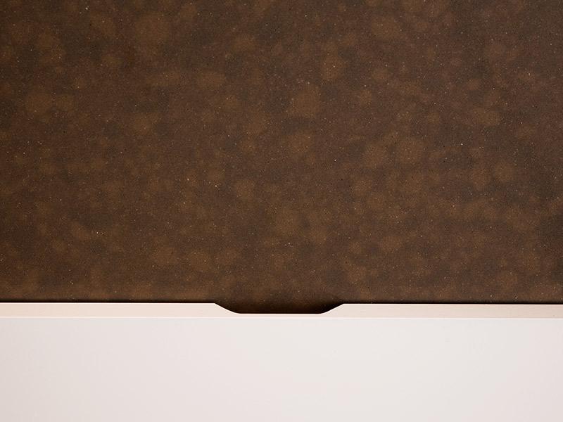 donkerbruin marmer structuur van een kast lade