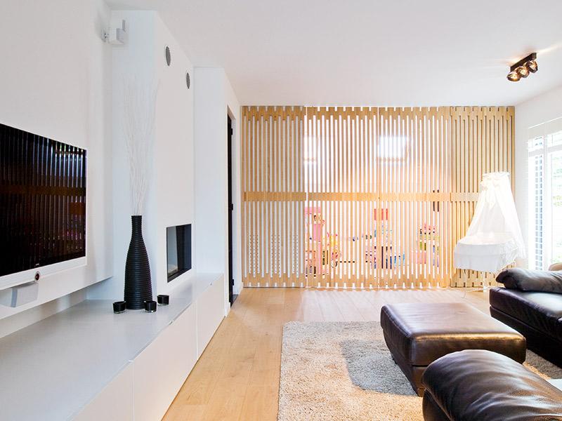 woonkamer met een beveiligde speelruimte voor de kinderen