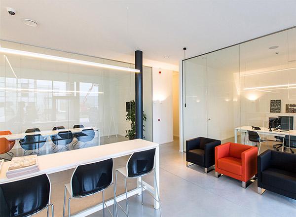 Interieur projecten kantoorinrichting. Bureau ruimte met glazen wanden en design kuipstoelen