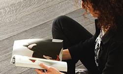 Vrouw leest een tijdschrift op een massief eiken parket vloer