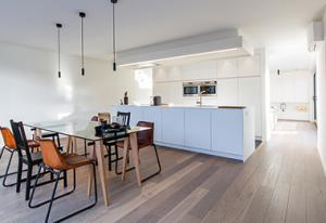 Totaal projecten Boa Interior, keukenblok met eettafel en houten parketvloer