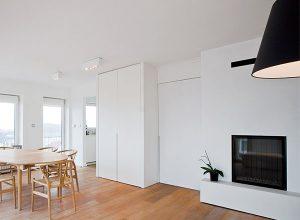 Interieur projecten wooninrichting. Woonkamer van een riant appartement met een open haard