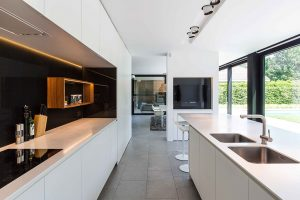 moderne keuken met een led verlichting bij de afzuigkap