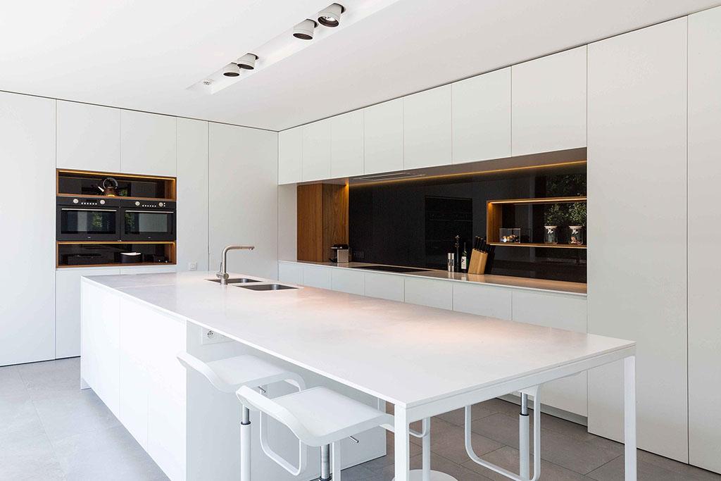 modern tijdloze keuken met ingebouwde kasten en een gedetailleerde eikenhouten afwerking