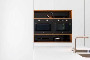 tijdloze witte keuken met ingebouwd keuken apparatuur