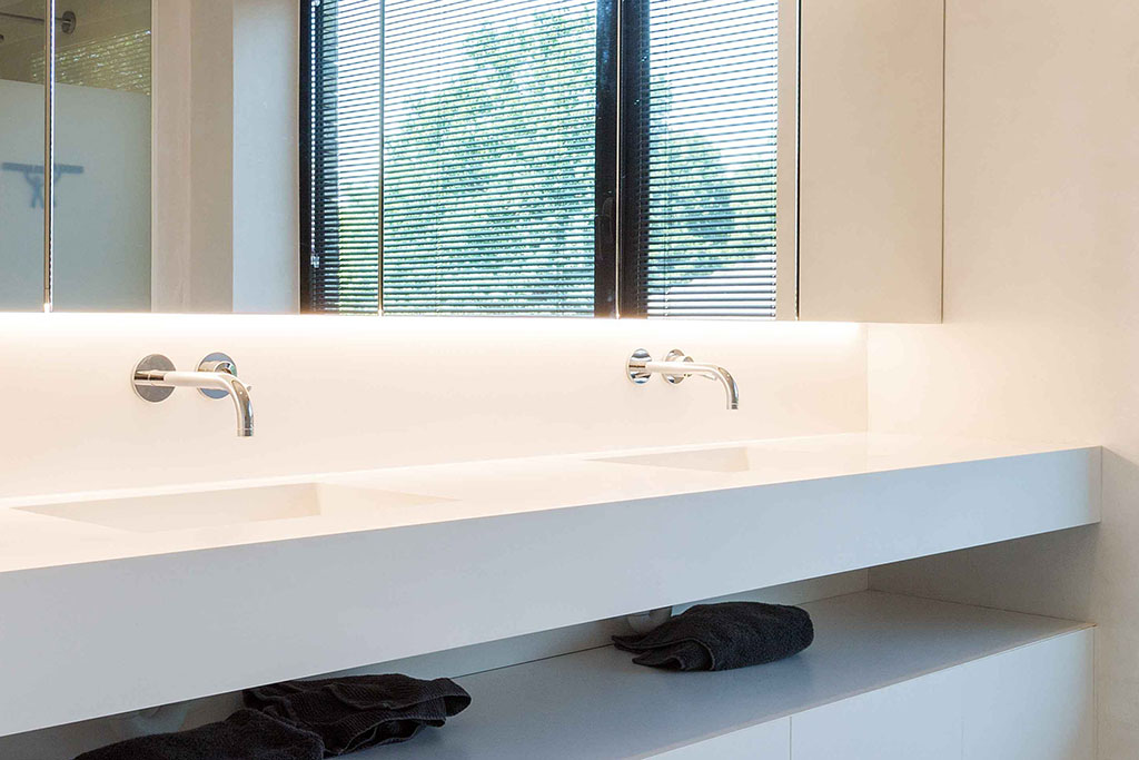 reflectie in de spiegel van de badkamer