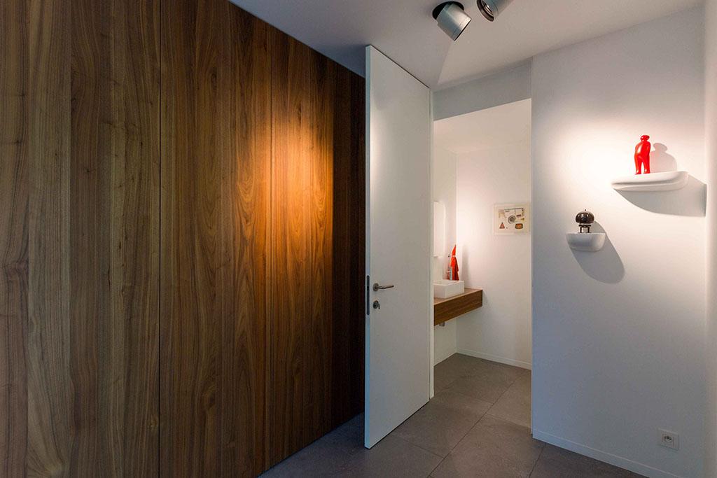 eiken houten muur met een open blokdeur naar het toilet