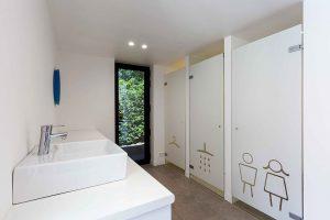 een washok met mooi getint witglazen deuren en iconen per deur
