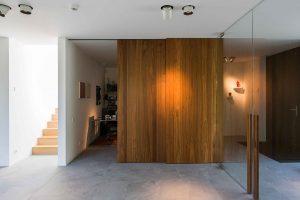 modern houten schuifpaneel naar het bureau en de garage