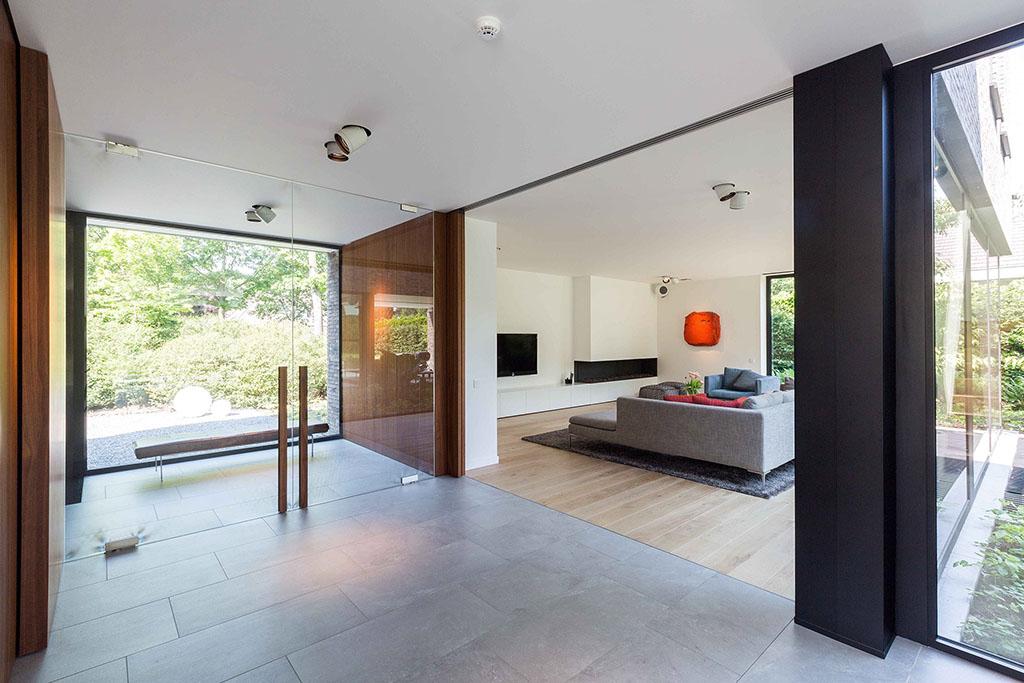 zijaanzicht van de woonkamer met groot luxe bankstel
