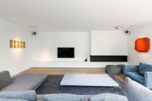 hoekbank, flatscreen televisie en een ingebouwd haardmeubel