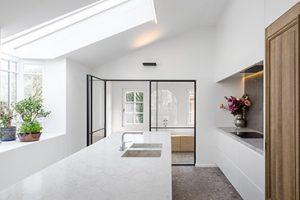 Willems Patsy. Uitbouw keuken interieur met massief houten kast deur en een marmer muur