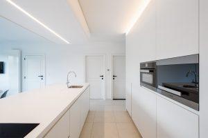 miele keuken apparaat en steenvloer in de mooie witte keuken