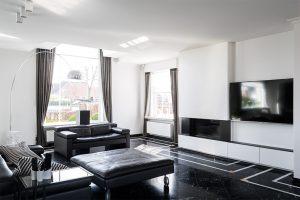 luxe living met steenvloer en grote fauteuils