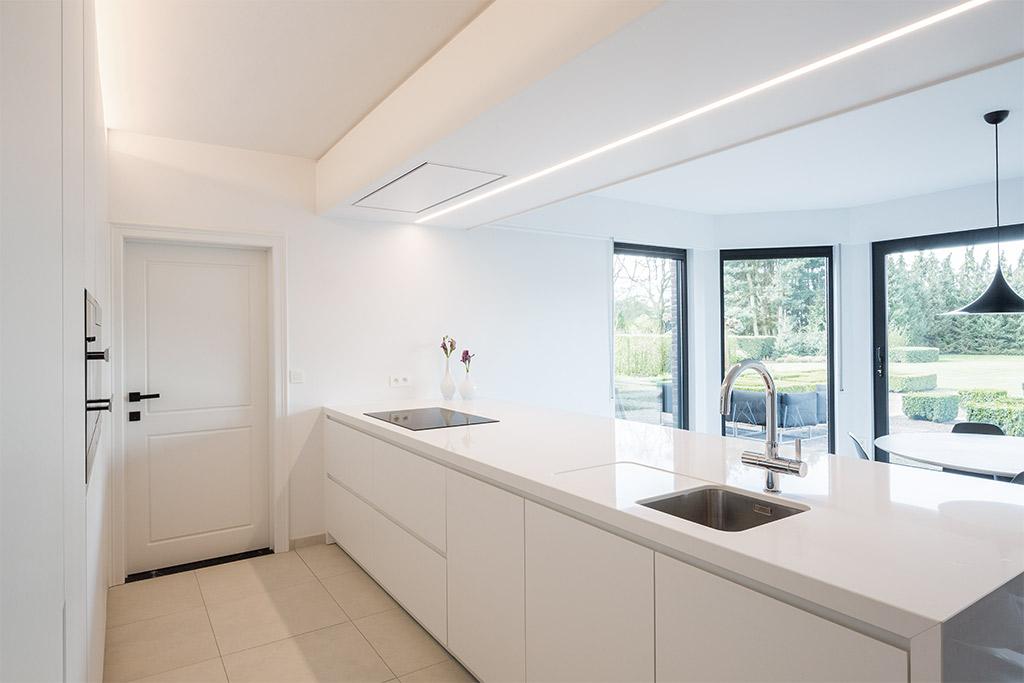 keukeneiland met uitzicht naar buiten en raamwerk