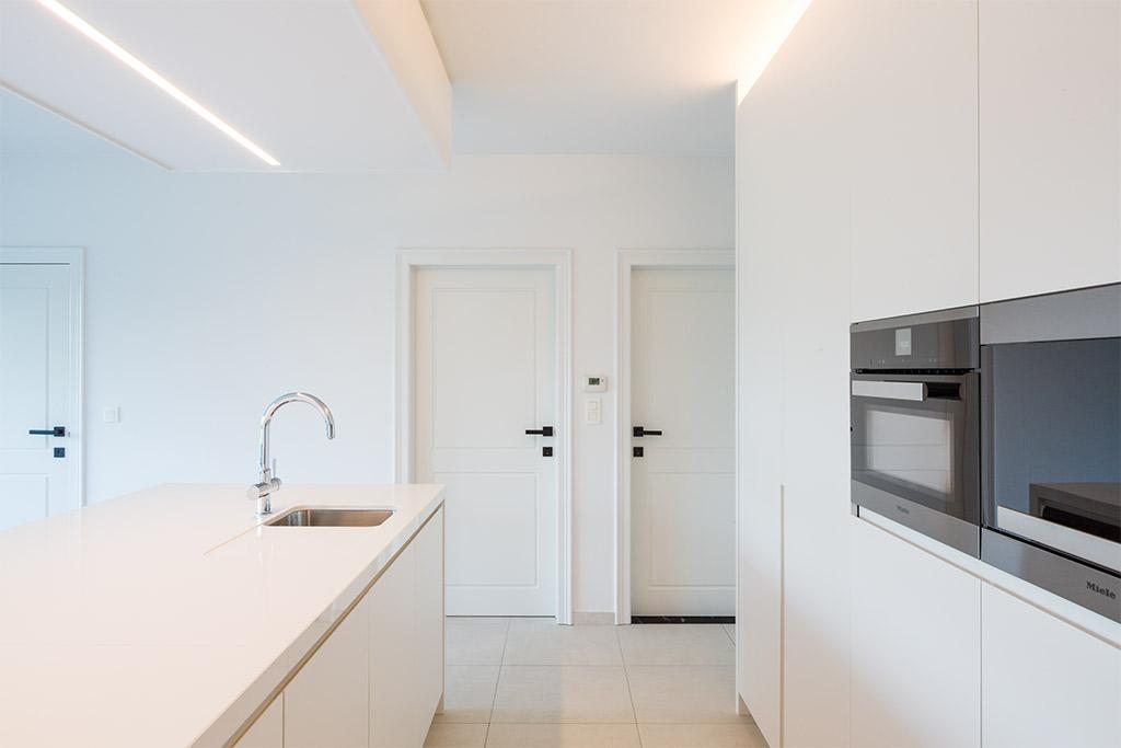 keukenblok met inbouwapparatuur van miele en een eiland met kraan