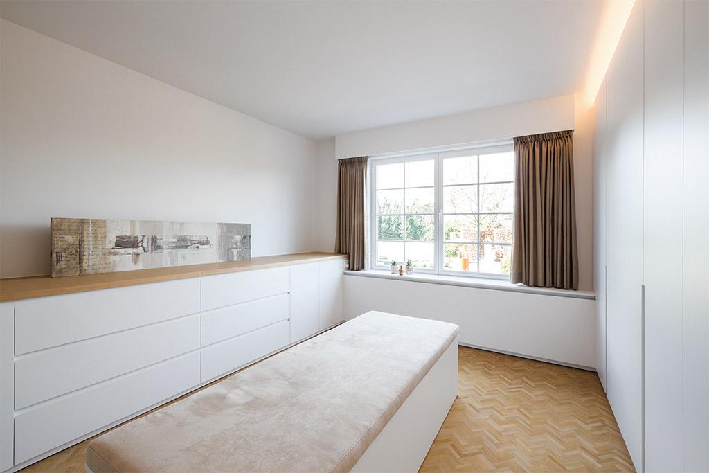 garderobekast kamer met zitmeubel en fineer kasten met led verlichting