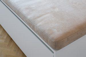 suede stoffering van een kastmeubel met zitplaats
