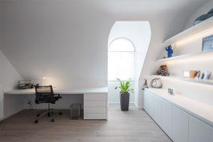 bureaumeubel met bureaustoel naast een raam
