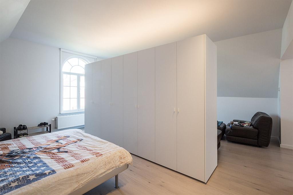 grote kast in de slaapkamer
