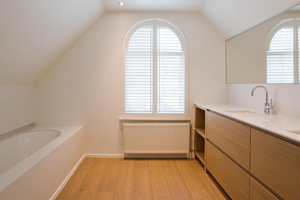parket in badkamer van boa interior ligbad en raamdecoratie